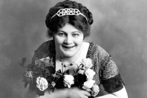 Despite being overweight, Sophie Tucker would enjoy a long career in show business entertaining generations around the world. Apparently comical risque songs never seem to go out of style. Still, you can't help but be creeped out seeing her holding flowers in this picture.