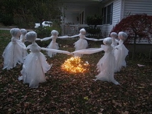 Now this isn't just spooky but also rather eco-friendly, simple, and clever.