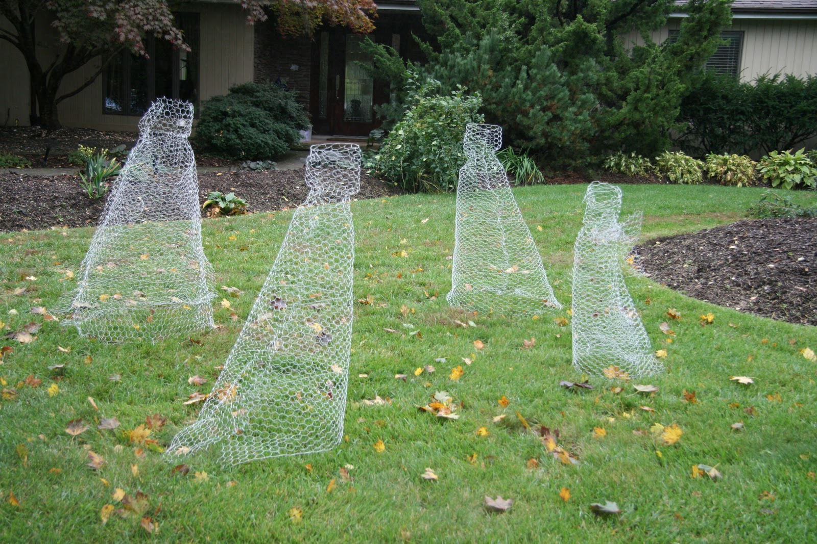Outdoor halloween decorations 2014 - Using Old Chicken Wire To Create Ghostly Dresses Isn T Just Creative It S Also