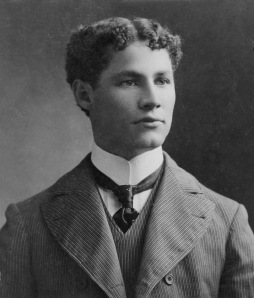 Well, he sure looks like he could be Houdini's brother. Yet, Hardeen also had a good bit of talent as a magician and escape artist, tool. Also founded a union for magicians as well.