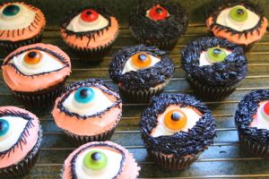 These are probably kind of the cupcakes I'd expect Count Olaf to make. Of course, I'm not sure how many of you have read A Series of Unfortunate Events to get this. Nevertheless, they seem to be terrifyingly watching you.