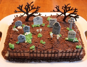 Now this is one cool cemetery cake I'd like to see at any Halloween party. I mean it's pretty amazing.