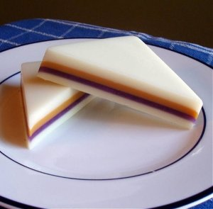 Compared to real sandwiches, these PB&J soaps seem to be much neater than the real thing. Of course, you wouldn't want to eat this one since it may kill you.