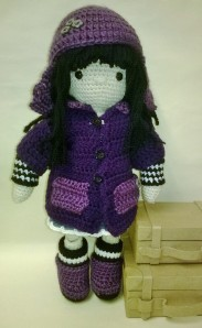 Since I love purple, I would certainly have wanted a little doll like this when I was a little girl. Still, she's just so cute with her dark yarn hair.