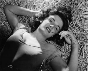 Contrary to legend, Jane Russell didn't wear the bra Howard Hughes designed for her while filming The Outlaw because she thought it was too uncomfortable. So she wore her own with a few minor adjustments such as tissue padding and straps pulled. Guess Hughes was very bad at designing women's lingerie.