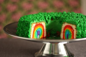 Seriously, I have no idea how this is done. Yet, it does look quite pretty. Not to mention, this cake has green icing.