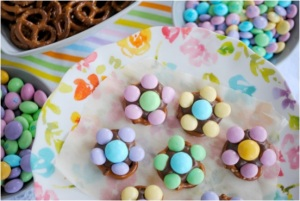 But make sure you use the peanut M&Ms for centers and the regular M&Ms for petals. Nevertheless, quite ingenious.