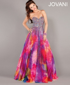 I don't know about you but people during the 1960s and 1970s didn't wear tie dye to prom for a reason. Guess her prom's theme this year is Chez a la Woodstock.