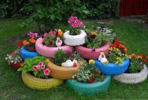 Now this seems to be a great DIY garden idea. However, I'm not sure about the chickens being in there. They seem to detract from the beauty.