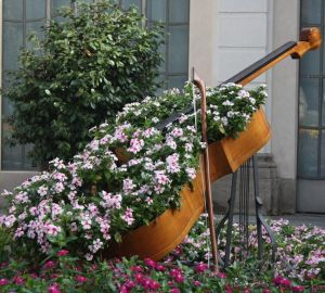 Of course, this isn't a real violin. But I'm sure the flowers are beautiful in this planter.