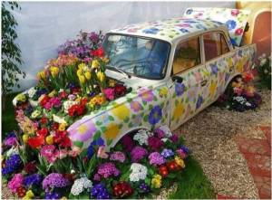 Now not only are there flowers in both the trunk and the hood, but the whole care is decorated with them as well. Talk about repressed gardener/art major here.