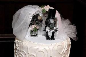 I bet you any money that this cake topper was the groom's idea in this wedding. Besides, since they already came out with Alien vs. Predator, I'm not sure if I'd think a Alien/Predator marriage would even work out. Then again, they might kill each other in the process, which may be fine by me.