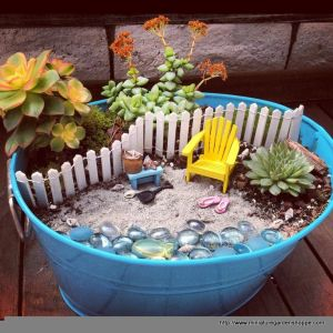 You can create all kinds of scenes with these mini gardens. Still, I'm not sure if those are real beach plants, but they go with the garden very well.