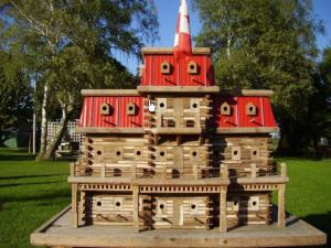 I'm sure room and board at this Canadian bird lodge isn't cheap. But I do like the red roof on this thing. Wonder how many of the birds who stay there are professional hockey players.