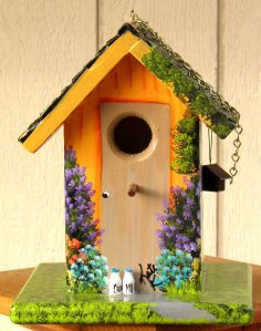 Now I really like the little birdhouse and the cute little milk bottles. Really seems to create an idyllic feel to this birdhouse, does it?