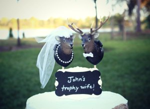 Now having mounted deer on a wedding cake. That's just, well, tacky to say the least. Still, these two seemed to be together whether they like it or not. Nevertheless, the antler rings are in poor taste.