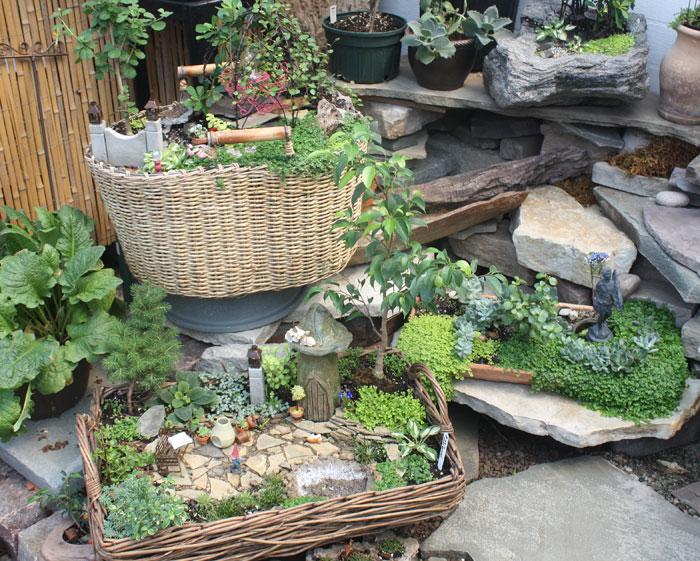 The little world of miniature gardens the lone girl in a - Jardin japonais miniature exterieur ...