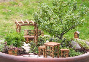 Now the furniture really goes well with the path and the bonsai. Of course, the vines are painted by the way. But I'm not sure if it makes any difference.