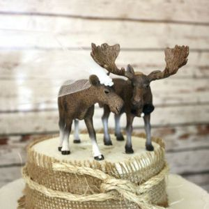 At least the female of the pair is depicted right in this topper. Not like in the nativity scene set in which every adult figure has antlers, including the Virgin Mary.
