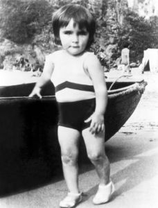 Now we all know this little girl will gain fame as one of Hollywood's most beautiful actresses of all time. She'd also become a alcoholic and marry 8 times, including twice to Richard Burton. But she's so adorable standing herself with the boat.