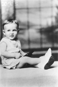 Sure he may be tiny, but this little boy will soon appear in movies like East of Eden, Rebel Without a Cause, and Giant. After that, he'd die in a car crash at 24.