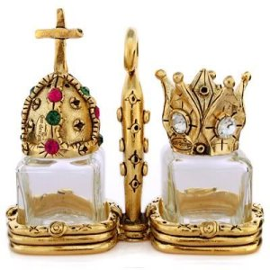Actually this set looks as if it was either made by somebody or bought from a Renaissance Faire. Either way, doesn't look like the condiment set people in the Middle Ages would use. Still, love the crowns though.