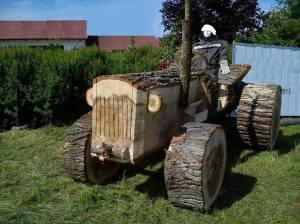 Guess this tractor didn't take a lot of sawing to produce here. But it seems to require a lot of assembly. Nevertheless, quite clever.