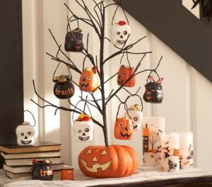Now this is cute. Just a jack o' lantern and a small tree with treat bags. I'm sure people will love this.