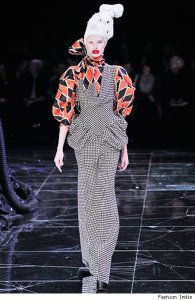 Because she needs to make the audience laugh while in style. Yes, clowns care about fashion, too, you know.
