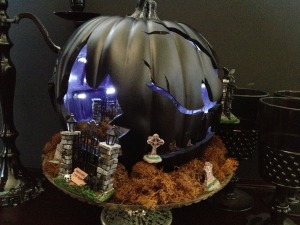 Now unlike many of the pumpkin dioramas here, this one is carved in a rather unusual way to give it a spooky feel. Still, not sure how that can be pulled off.