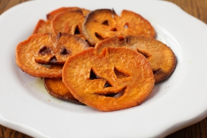 Of course, since sweet potatoes are orange on the outside, you have to make jack o'lanterns out of the slices. Still, quite cute and clever.