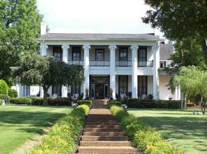 Loretta Lynn still owns this house as well as the town of Hurricane Mills. However, it's still said to be haunted by the ghost of the previous owners as well as Confederate soldiers and slaves.