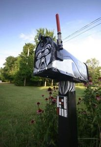 Now this is a pretty cool mailbox. Too bad I live in a neighborhood where there was a mass mailbox smashing when I was 16.