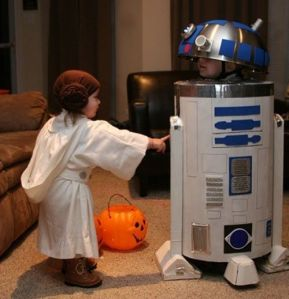Now that's just so cute, isn't it? Love how the R2-D2 costume, which is DIY.