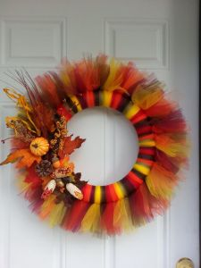 Now this is pretty and it's all in fall colors. Love the autumn decorations on this, too.