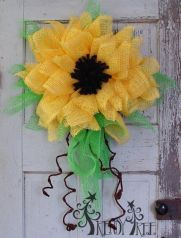 I know sunflowers aren't in season at the moment. But this doesn't make the wreath like this less beautiful.