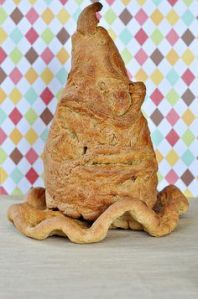 Okay, maybe bread might not bring out the Sorting Hat's best features. But this is quite creative regardless.