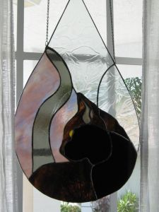 Many of the cat suncatchers show the cat from the back. This one at least shows the eyes.