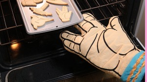 Of course, if you bake some treats with this mitt, you're certain not to live long and prosper. Still, you can't help but like this.