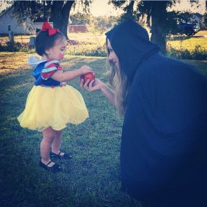 I think this is a mother and daughter cosplay. Nevertheless, this Snow White is so adorable in her little dress.