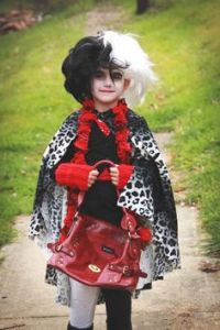 Like how she's carrying a red handbag with her costume. And she's wearing leopard prints, too. So creative.