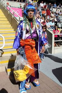 Okay, I know that kimonos are unisex attire in Japan. However, I find a guy in one with floral decoration and blue hair somewhat awkward. Okay, I know that men wear stuff like that in kabuki theater. But that's beside the point.