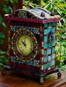 Normally I wouldn't say maroon and teal go together. But I think both colors give a distinctive feel on this clock.