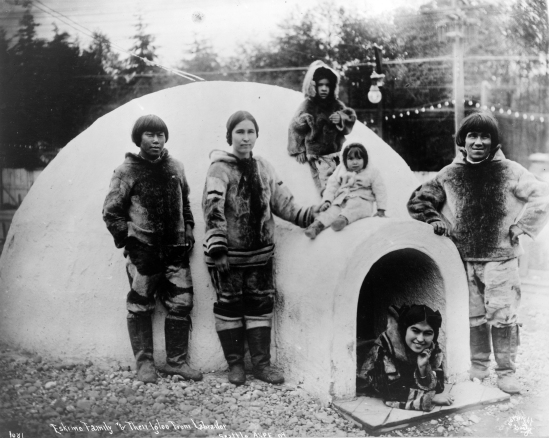 Eskimo_family_and_their_igloo_cph.3c36050