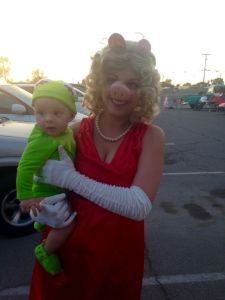 This is a mother-baby Kermie and Piggy costume. And yes, it's adorable. Love it.