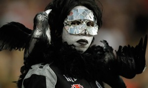 In fact, she supports the Oakland Raiders. And she even makes herself more mysterious with a mosaic mirror mask.