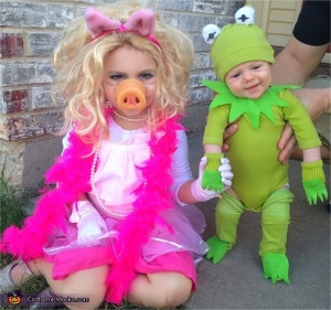Well, this is a sibling pair Kermit and Miss Piggy costumes. And yes, Piggy wants the spotlight. So cute.