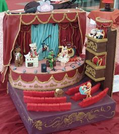 Yes, I know it's another Muppet Theater cake. But this one even has boxes for Statler and Waldorf. Also the Muppets are in action.