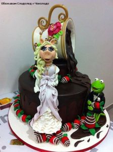 This one might be a wedding cake from how I can tell Kermit and Miss Piggy are dressed. Also, what's with the strawberries.