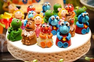 They're all just sitting up around a candy. Not sure if they're cakes. But these are cute.